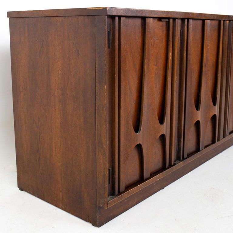 Broyhill Brasilia II Mid Century Plinth Base Sideboard Credenza Buffet and Hutch For Sale 4
