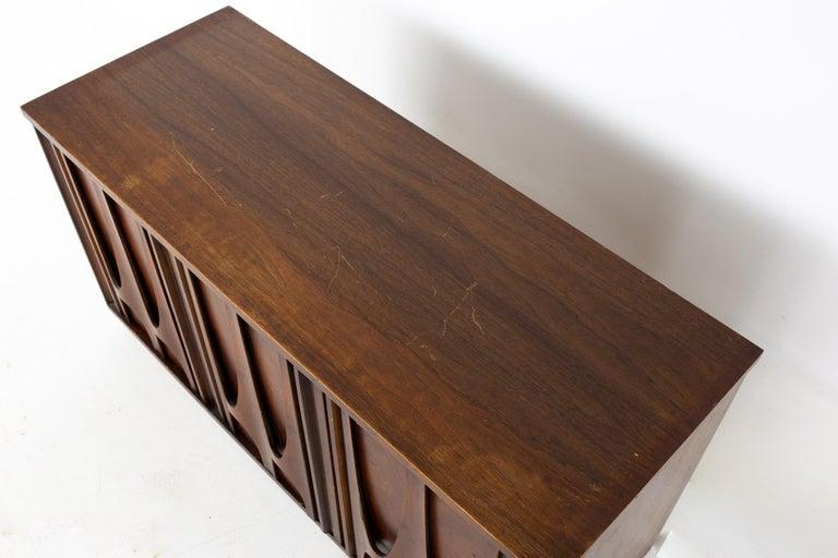 Broyhill Brasilia II Mid Century Plinth Base Sideboard Credenza Buffet and Hutch For Sale 7