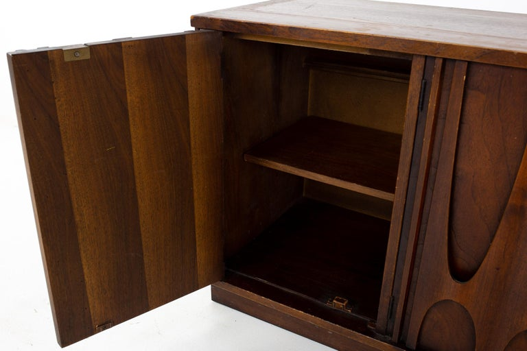 Broyhill Brasilia II Mid Century Plinth Base Sideboard Credenza Buffet and Hutch For Sale 9