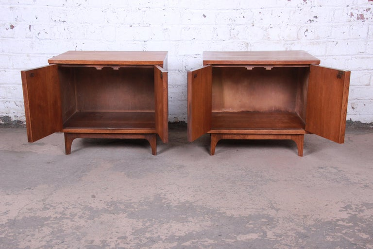 Broyhill Brasilia Mid-Century Modern Sculpted Walnut Nightstands, Pair In Good Condition For Sale In South Bend, IN