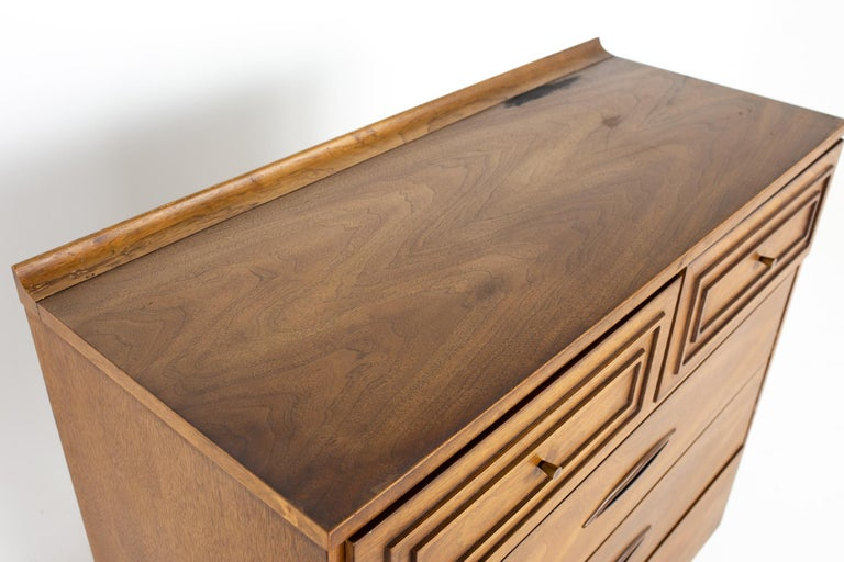 Broyhill Sculptra Brutalist Mid Century Walnut 5 Drawer Highboy Dresser In Good Condition For Sale In La Grange, IL