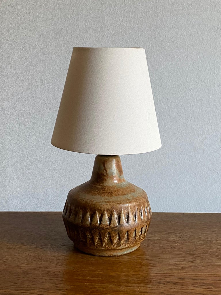 A stoneware table lamp, executed by Bruno Karlsson in abstract form and highly artistic brown / yellow / beige glaze. In his Studio, called