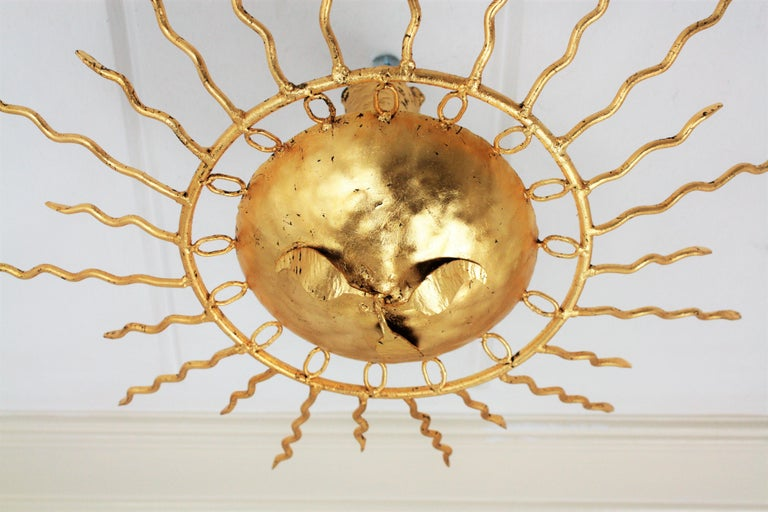 Brutalist Hand-Hammered Gold Gilt Iron Sunburst Light Fixture Framed By Circles In Excellent Condition For Sale In Barcelona, ES