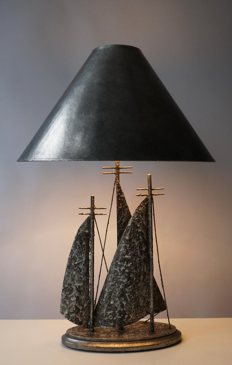 Wonderful 1960s Brutalist sail boat-shaped table lamp. Measures: Height 78 cm. Width 53 cm. Depth 33 cm.