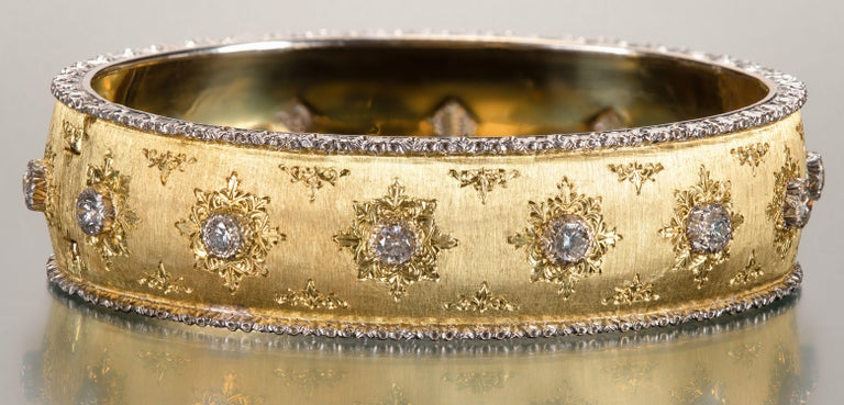 Buccellati Yellow Hinged Gold Bracelet with Diamonds In Good Condition For Sale In Boston, MA