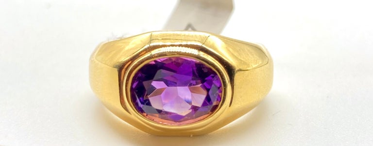 A chic vintage Bulgari ring in 18 karat yellow gold with an oval-shaped faceted amethyst. Made in Italy, circa 1980.