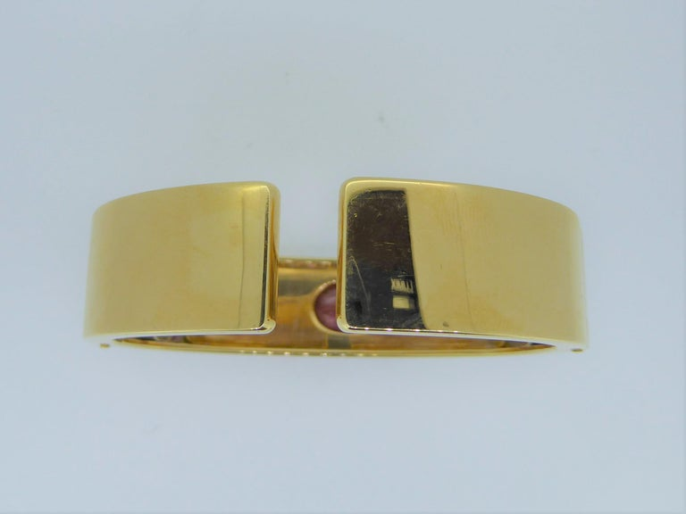 Bulgari Cabochon Ruby and 18 Carat Yellow Gold Hinged Bracelet Bangle In Good Condition For Sale In London, GB