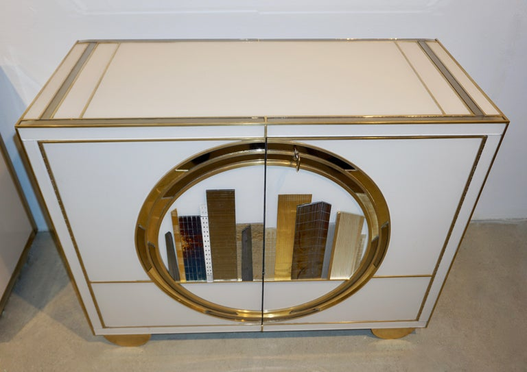 Italian Contemporary Bespoke Ivory Cabinets with New York Blue & Gold Sculpture For Sale 1