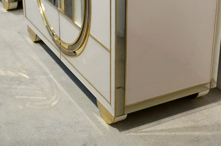 Italian Contemporary Bespoke Ivory Cabinets with New York Blue & Gold Sculpture For Sale 2