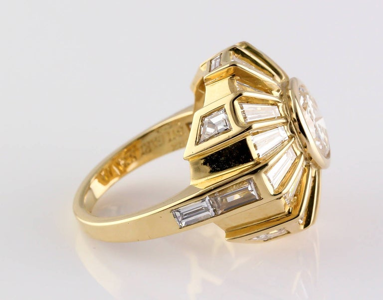 Bulgari Estate Diamond and 18 Karat Gold Cocktail Ring In Excellent Condition For Sale In New York, NY