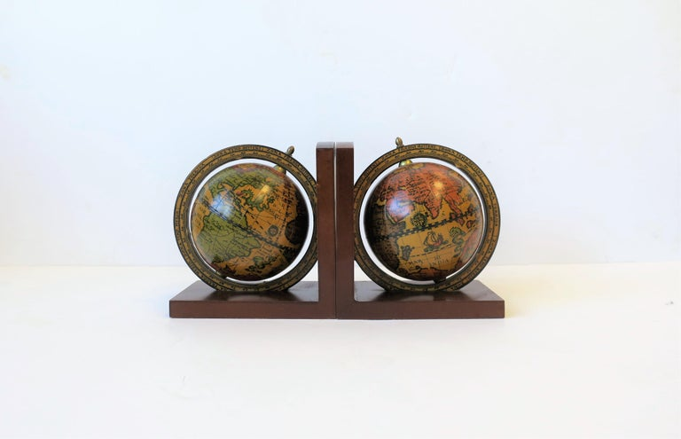 Pair of Midcentury Italian World Globe Bookends In Good Condition For Sale In New York, NY
