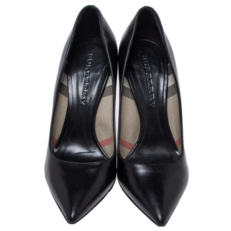 Burberry Black Leather Pointed Toe Pumps Size 37 In Good Condition For Sale In Dubai, Al Qouz 2