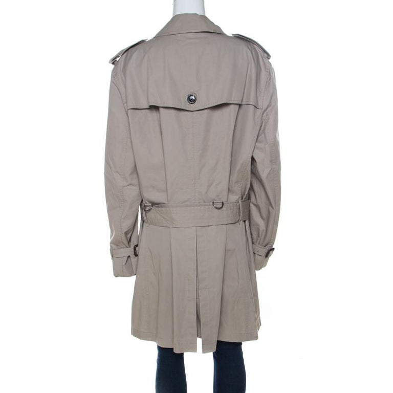 Burberry's trench coats are a dream addition to any woman's closet. This beige creation was crafted from quality cotton and it not only carries a well-tailored silhouette but also stylish details like the collar, the double-breasted style, and