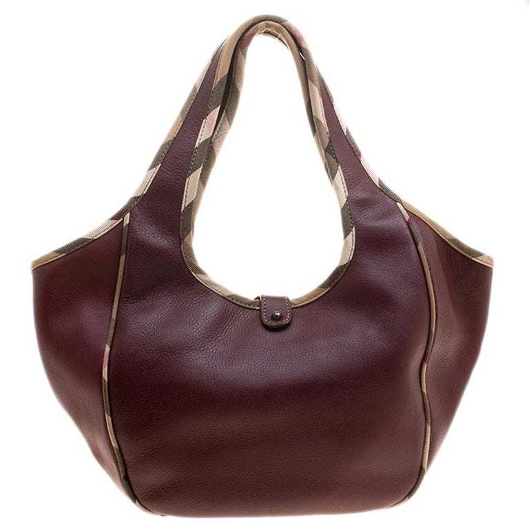 Burberry Burgundy Leather Shoulder Bag In Good Condition For Sale In Dubai,  AE d33418df68