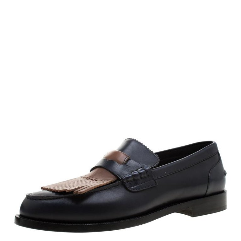 These Bedmoore loafers from Burberry are sure to make you look suave, smart and very handsome! The dark blue loafers have been crafted from leather and styled with round toes. They flaunt a penny keeper strap and a fringe detailing on the vamps and
