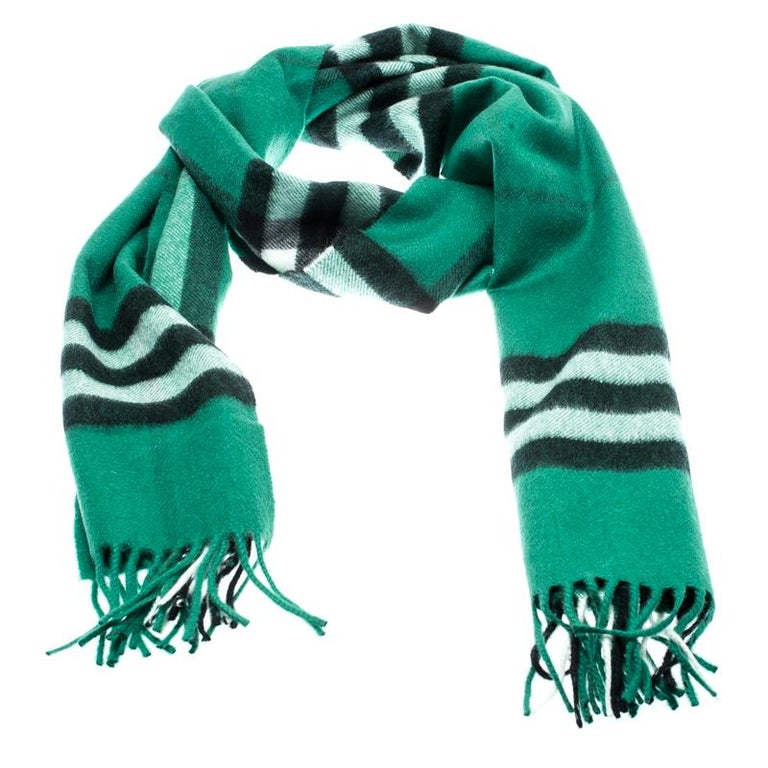 This muffler from Burberry is not just a winter accessory to keep you warm but is also a chic piece to style your ensemble effortlessly. Constructed in emerald green cashmere, this muffler features the signature Novacheck all over and is complete