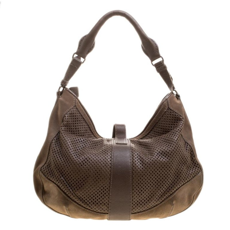 34f88aa4504e This gorgeous khaki hobo is by Burberry. It has been crafted from a mix of