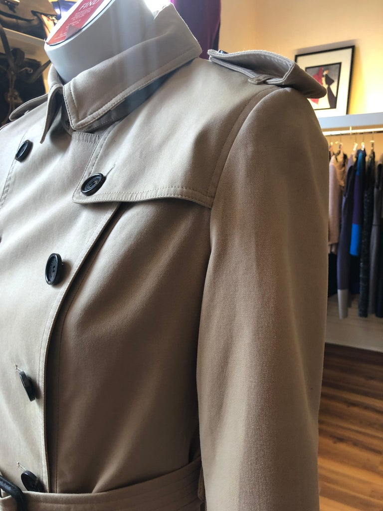 Burberry Sandringham Mid-Lenght Trench Coat 10UK 6US in Light Khaki In Excellent Condition In Port Hope, ON