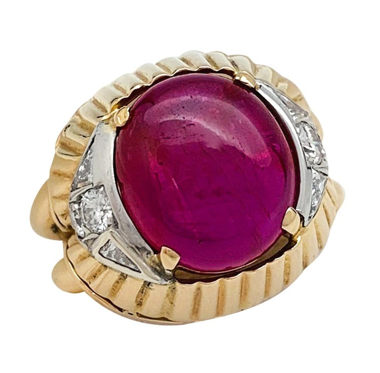 Burmese Ruby Cabochon on a 1950s Cocktail Ring In Good Condition For Sale In Paris, IDF