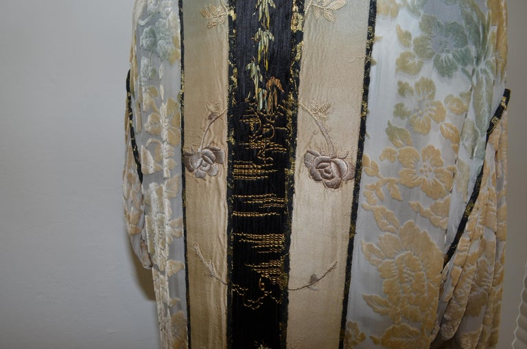 Burnout Velvet Duster with Rose Embroidery Detail In Good Condition For Sale In Carmel by the Sea, CA