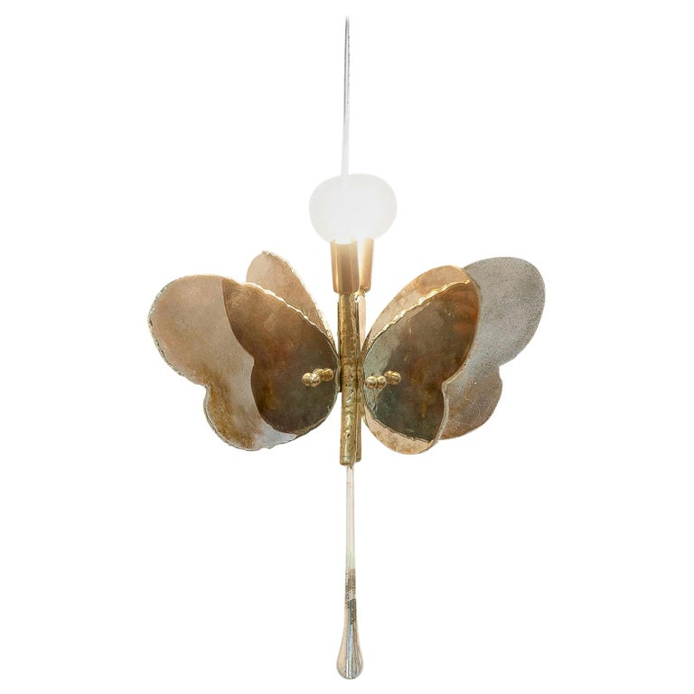 This pendant lamp is a contemporary object, made entirely by hand in Tuscany Italy, 100% of Italian origin. An elegant, ethereal lamp with bright light that surrounds the decor of every kind of interiors, from Classic style to contemporary
