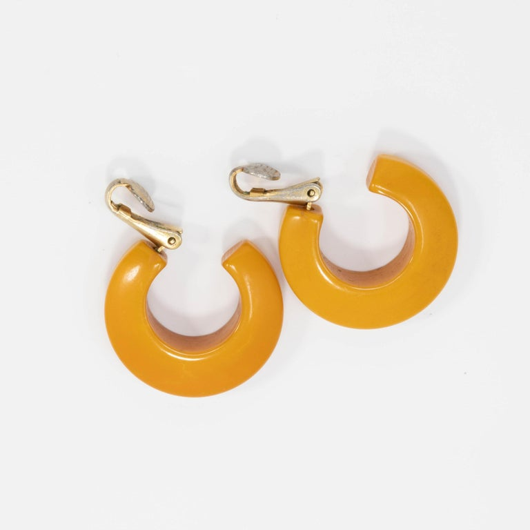 Butterscotch Amber Yellow Bakelite Huggie Style Clip On Earrings, Early 1900s In Good Condition For Sale In Milford, DE