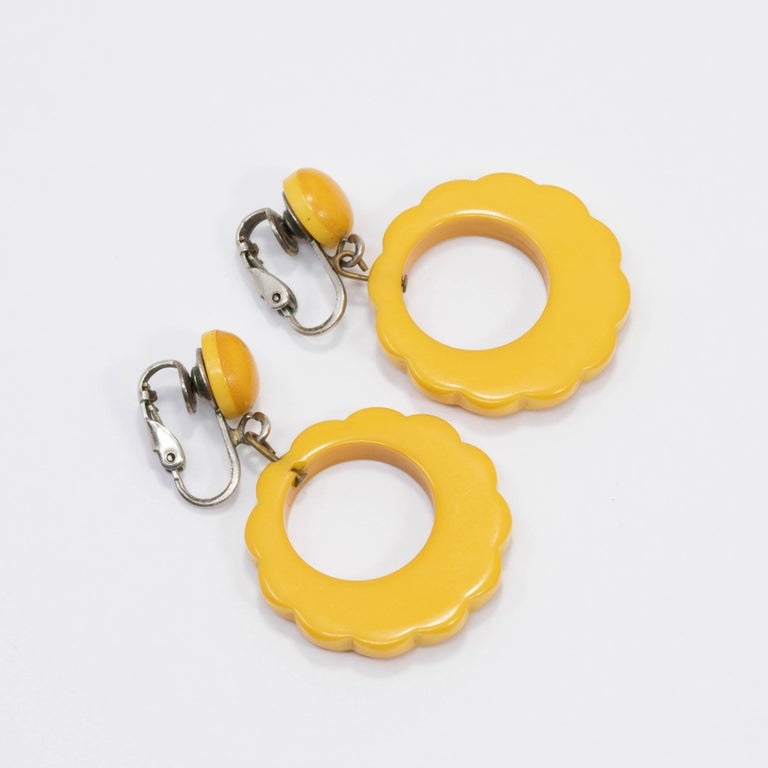 Butterscotch Yellow Bakelite Dangling Clip on Earrings, Silvertone, Early 1900s In Good Condition For Sale In Milford, DE