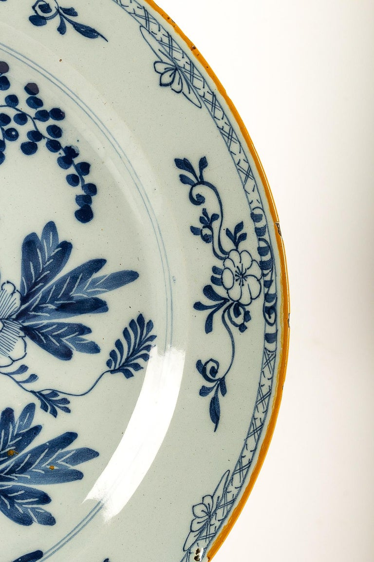 By Ax Porcelain Factory, Mid-18th Century, Pair of Faience Delft Round Dishes For Sale 4