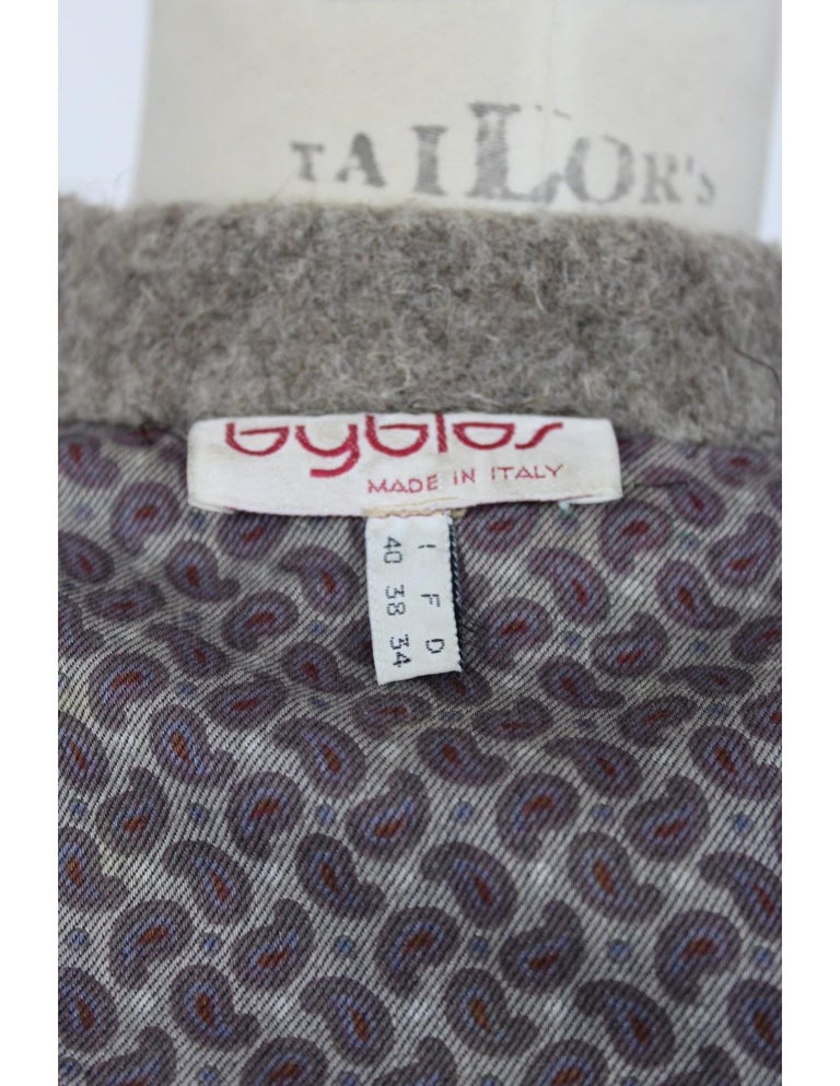 Byblos 80s women's coat. Short coat, beige and brown. Closure with frog. 80% wool 20% yack fabric, fully lined in cotton. Made in Italy. Excellent vintage condition.  Size: 40 It 6 Us 8 Uk  Shoulder: 44 cm Bust / Chest: 55 cm Sleeve: 53 cm Length: