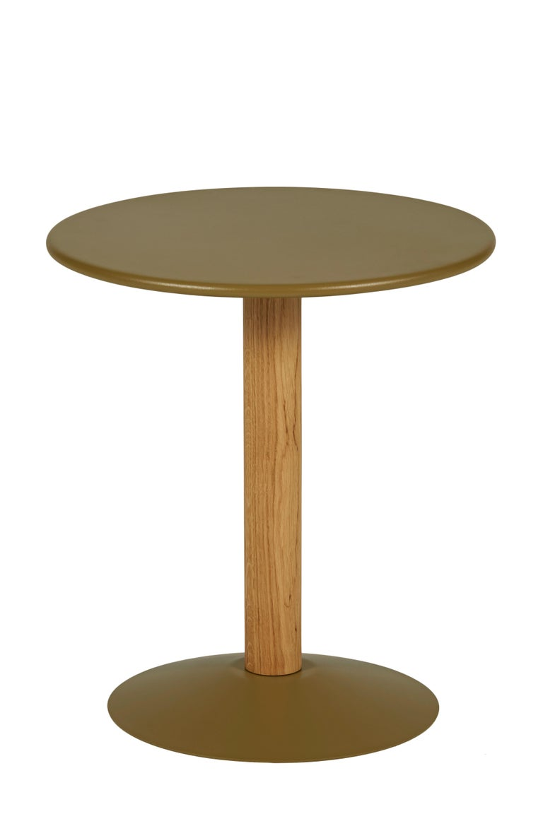 The C16 Pedestal Table mixes and matches noble materials: steel for the tabletop and base, and solid oak for the column. This table's restrained contours give it a timeless style. In light or pastel colors, it brightens up a child's room. Next to a