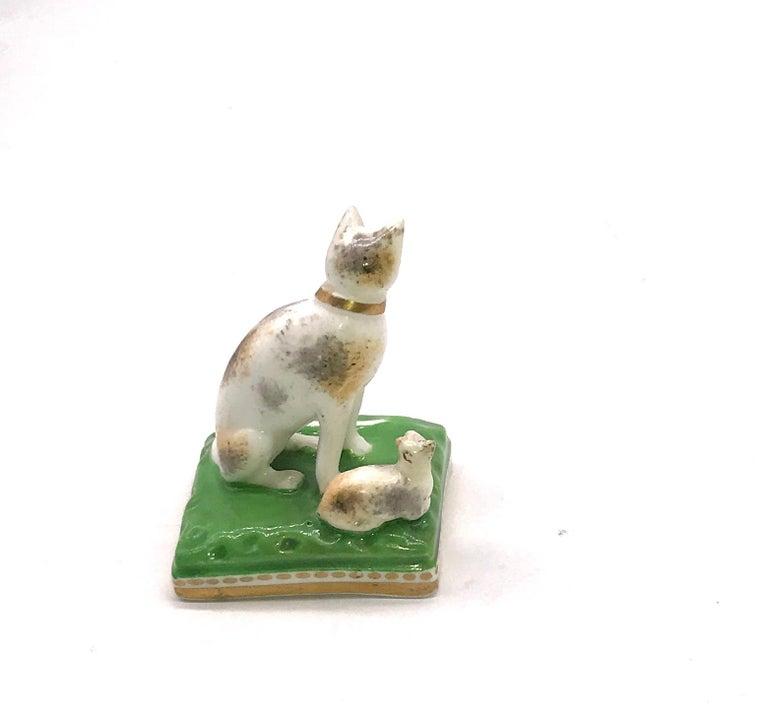Regency Chamberlain Worcester Porcelain Cat and Her Kitten, circa 1810 For Sale