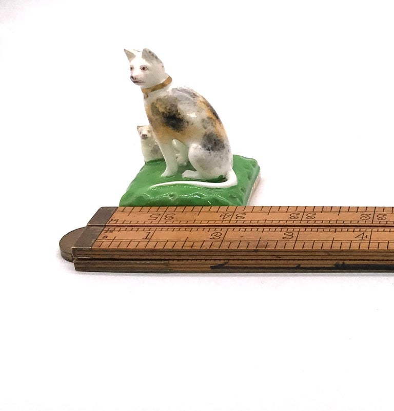Early 19th Century Chamberlain Worcester Porcelain Cat and Her Kitten, circa 1810 For Sale