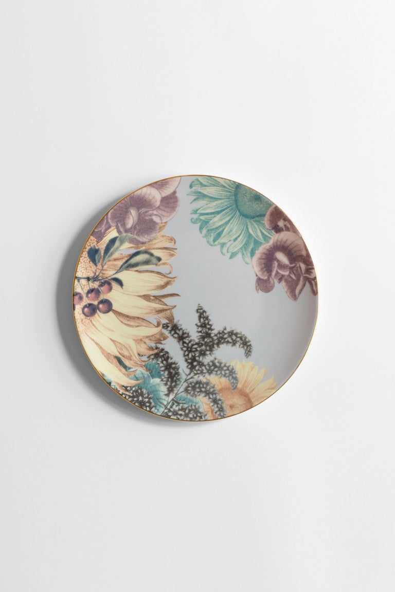 A pensive Berber woman, depicted in black and white while she boasts her traditional headpiece and jewelry with an expression of proud strength on her face, is the protagonist of this dinner plate in porcelain, part of the Cairo collection. All