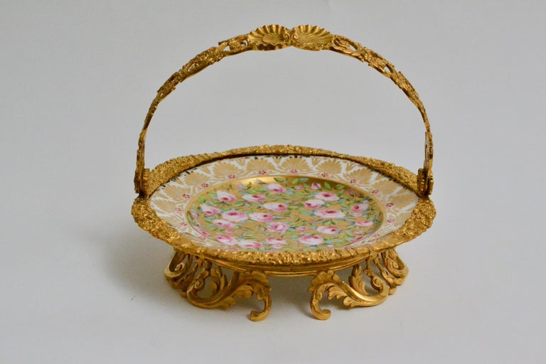 Cake Stand Ormolu Mounted Painted Porcelain Plate with a Gilt Bronze Handle In Excellent Condition For Sale In Stockholm, SE