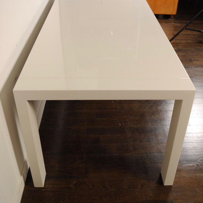 Calligaris White Lacquer Butterfly Leaf Dining Table In Excellent Condition For Sale In Darien, CT