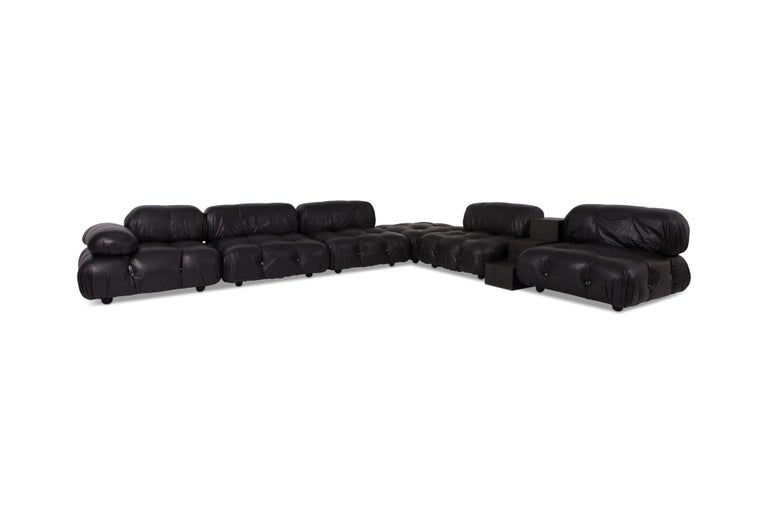 Mario Bellini modular camaleonda sofa in original high quality black leather upholstery, Italy — 1972.  The sofa consists out of six seating elements with different sizes of arm and back rests that are all provided with rings and carabiner clips