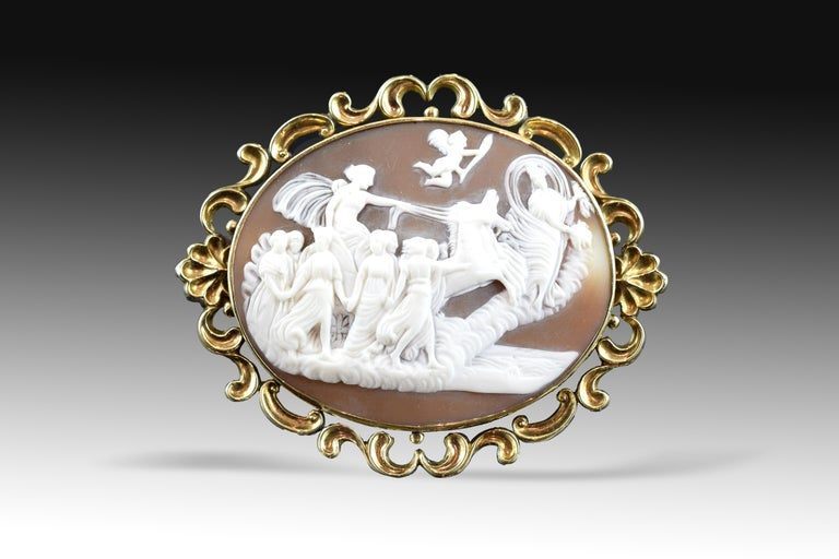 Cameo with frame stamped openwork gold (9-karat) decorated with a symmetrical composition based on opposing