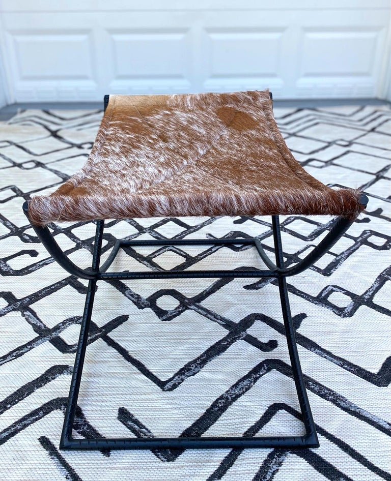 Campaign Style Stool with Brown and White Cowhide Seat and Black Iron Base In Excellent Condition For Sale In Fort Lauderdale, FL