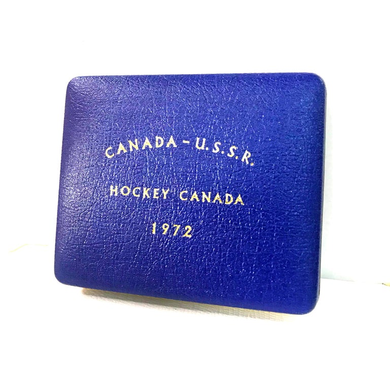 Canada-USSR 1972 Hockey Commemorative Gold Medallion in Original Case of Issue In Excellent Condition For Sale In Montreal, QC