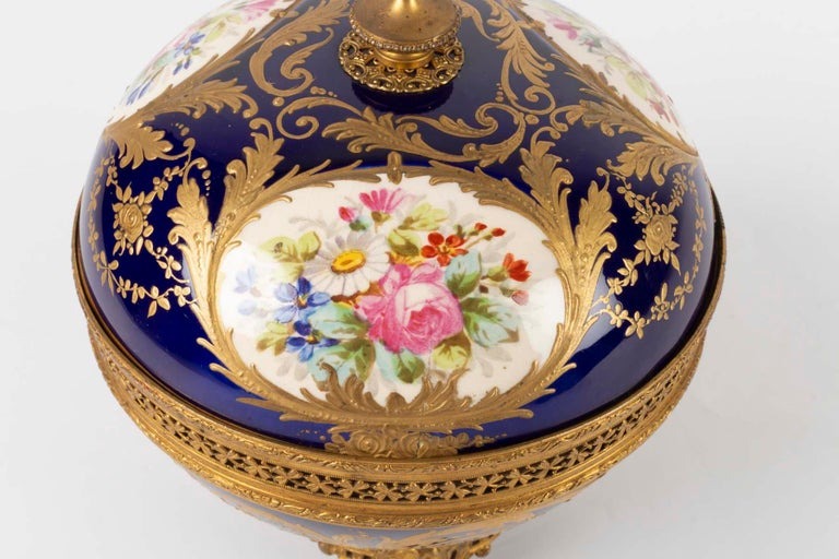 Candy Box, Napoleon III Period, 1870, Painted and Gilded Porcelain Gilded Bronze For Sale 1