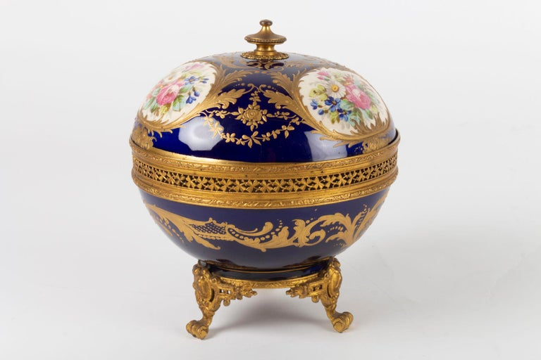 Candy Box, Napoleon III Period, 1870, Painted and Gilded Porcelain Gilded Bronze For Sale 2