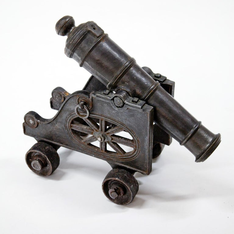 Cannon on a gun carriage out of blackened iron.  Measures: Barrel: 64 cm.