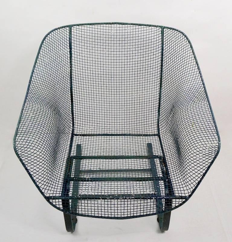 Classic cantilevered lounge chair by Woodard Furniture. This example is in very good condition, no dents, bends, or repairs. It is currently in later green paint finish, usable as is, we also offer custom powder coating if you prefer a more finished