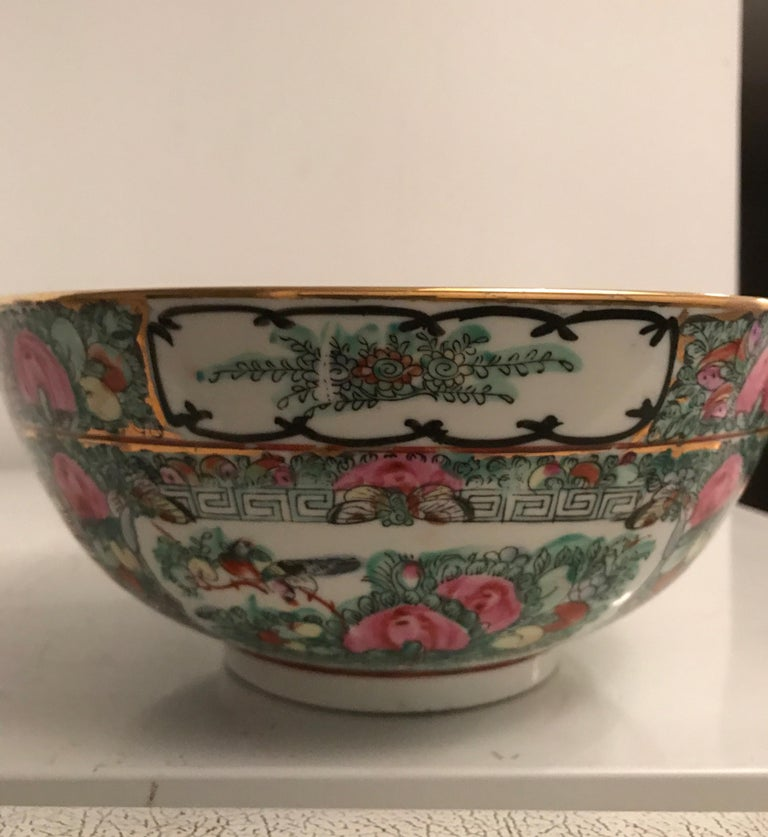 Canton Famille Rose Chinese Export Porcelain Centerpiece Bowl In Good Condition For Sale In Chicago, IL
