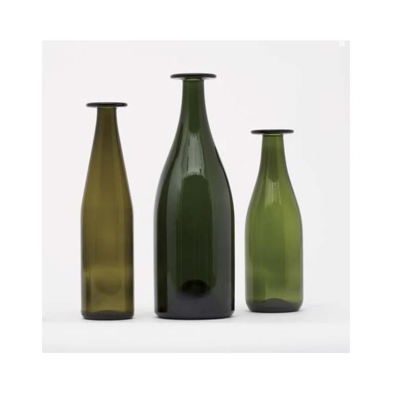 3 green bottles is a set of vases, designed by Jasper Morrison, composed of elements with different forms and heights. The bottles can also be used as flower vases, and are made of colored glass paste, the neck is artisanally crafted by master