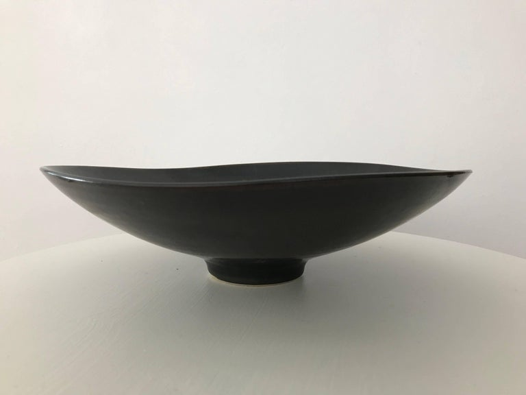 Sleek and nicely executed black haresfur glazed biomorphic footed bowl, designed by Carl Harry Stålhane for Rörstrand, Sweden, circa 1960s. Some minor abrasions/marks underneath as seen in the pictures - but no chips or cracks. Presents