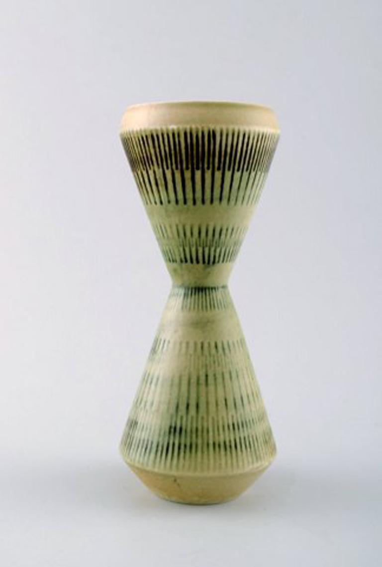 Carl-Harry Stalhane for Rorstrand / Rørstrand, ceramic vase. Rare form. Measures 19 cm x 8 cm. In perfect condition.