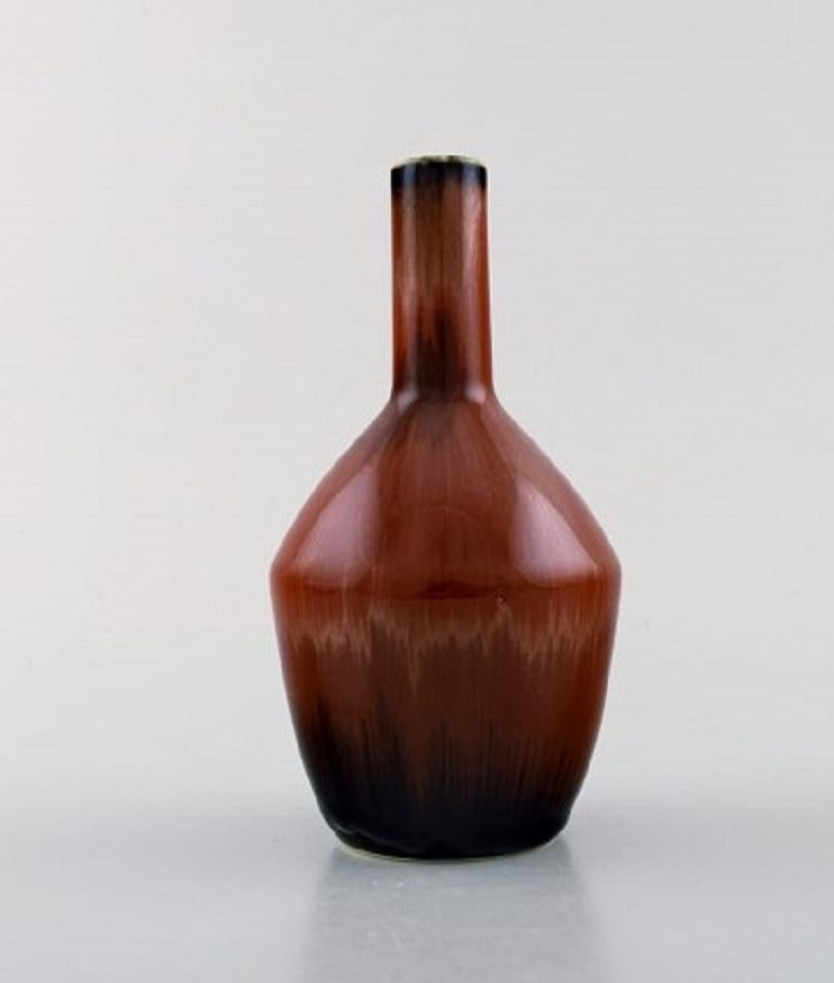Carl-Harry Stålhane for Rörstrand / Rørstrand. Narrow-necked ceramic vase with beautiful glaze in reddish-brown shades. Rare form, 1950s. Measures: 15.5 x 8 cm. In perfect condition. 2nd factory. Stamped.