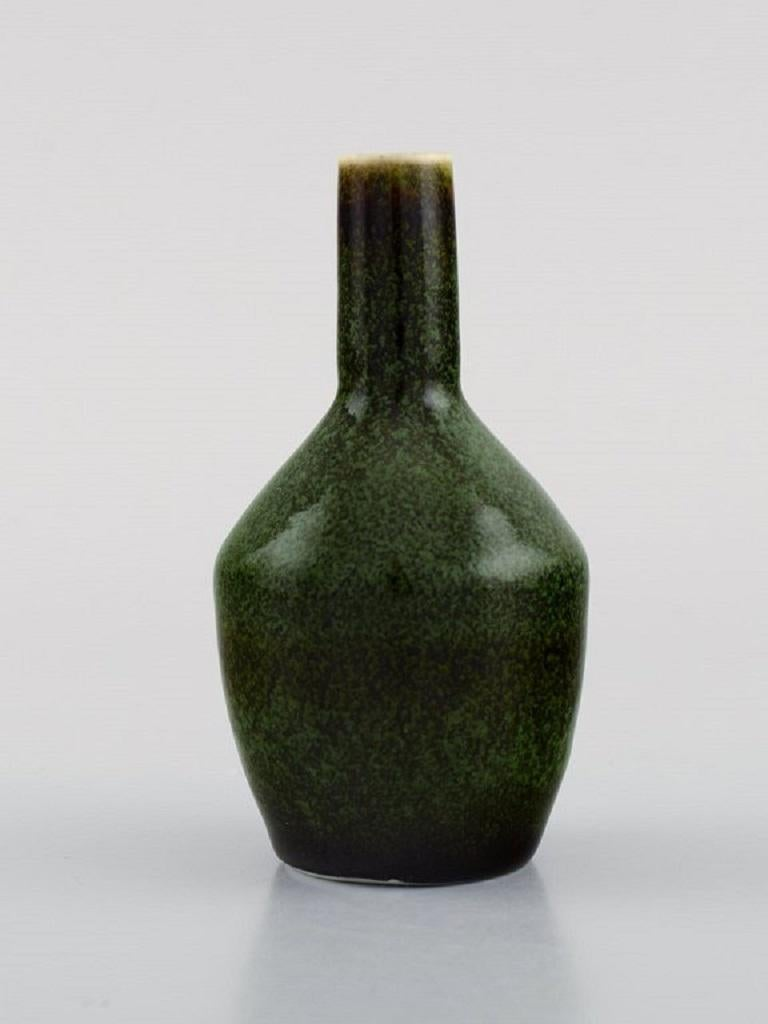 Carl Harry Stålhane for Rörstrand. Vase in glazed ceramics. Beautiful glaze in shades of green.  Mid-20th century. Measures: 10 x 5.5 cm. In excellent condition. Stamped. 1. Sorting.