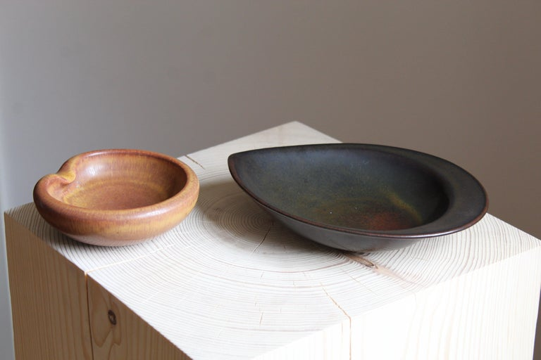 Two small modernist bowls / dishes / vide-poche. One designed by Gertrud Lönegren, one designed by Carl-Harry Stålhane. Both produced by Rörstrand, Sweden, c. 1950s. Each signed.